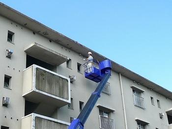 高所作業車による外壁打診調査状況s.jpg