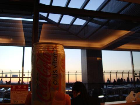 空が見えるカフェでビタミンC入りコーラー.jpg