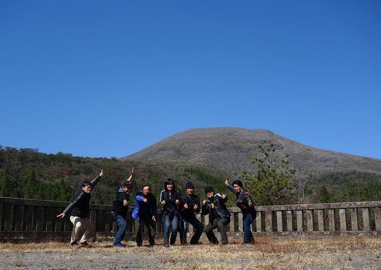 18 中岳をバックにまた集合.jpg