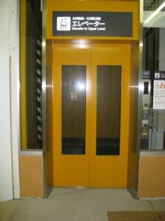 東急大井町線ホーム行きエレベーター写真(扉が閉じている)