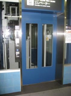 東急池上線ホーム行きエレベーター写真(扉が閉じている)