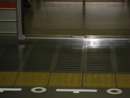 東急大井町線の電車への乗車口(写真)