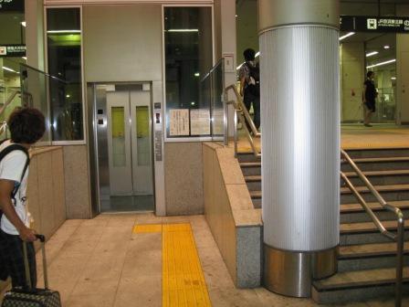 東急大井町線大井町駅改札とJR大井町駅西口改札があるビルのエレベーター(地上階建物外から)の写真