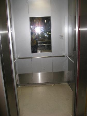 JR大井町駅中央口へのエレベーターの写真(地上階で扉が開いた写真)