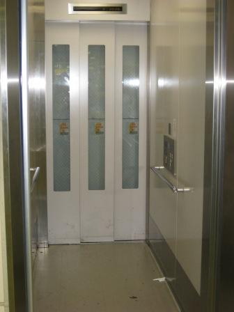 JR大井町駅ホーム階へのエレベーター(扉が開いた状態)の写真