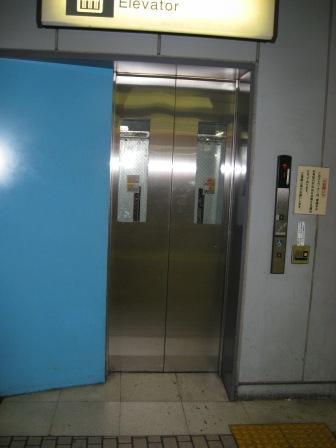 JR品川駅ホーム(京浜東北線)階から改札階へのエレベーターの写真