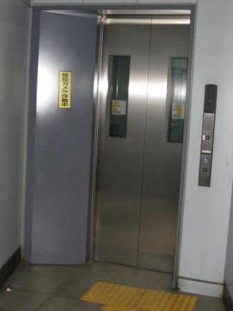 JR品川駅高輪口の地上か行きエレベーター(写真)