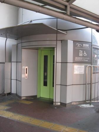 ゆりかもめ新橋駅構内に入るエレベーターの写真