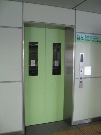 ゆりかもめ新橋駅の改札階へのエレベーター(外から(扉が閉じている)の写真)