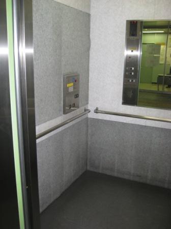 ゆりかもめ新橋駅の改札階へのエレベーター(外から(扉が開いている)の写真)