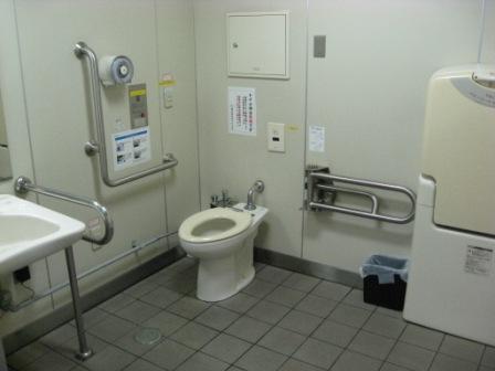 ゆりかもめ新橋駅の改札内の多目的トイレ(内部)の写真①