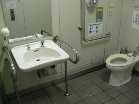 ゆりかもめ新橋駅の改札内の多目的トイレ(内部)の写真②