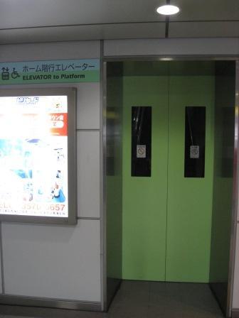 ゆりかもめ新橋駅のホーム行きのエレベーター(外から(扉が閉じている)の写真)