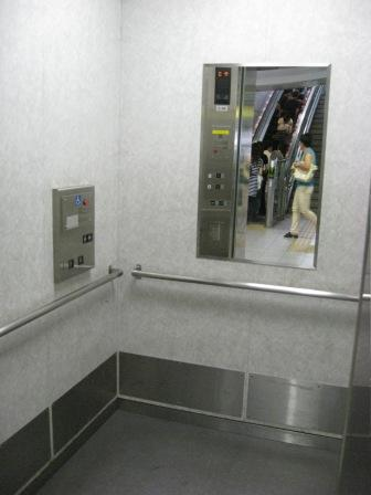 ゆりかもめ新橋駅のホーム行きのエレベーター(外から(扉が開いている)の写真)