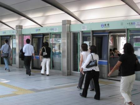ゆりかもめ新橋駅ホームの写真