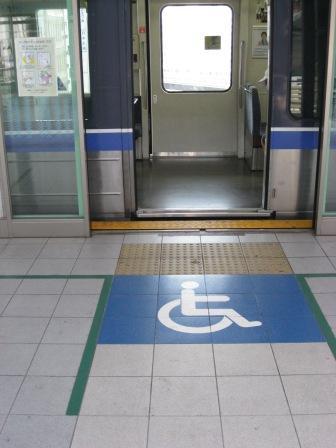 ゆりかもめ新橋駅ホーム(車椅子マーク)写真
