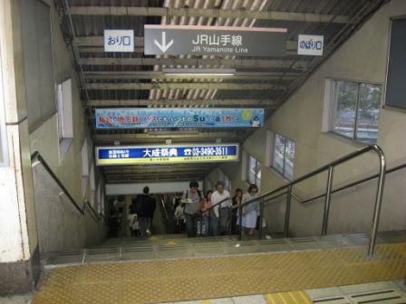 東急池上線改札からJR山手線ホームへの(五反田駅)階段の写真