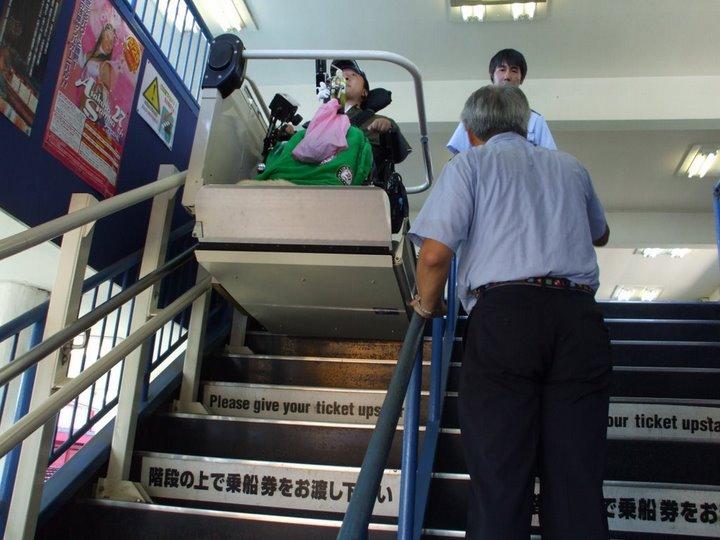 外出プロジェクトメンバー(車椅子ユーザー)が昇降機で降りている写真