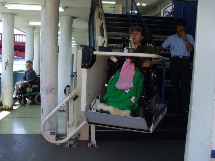 外出プロジェクトメンバー(車椅子ユーザー)が昇降機で降りている写真②
