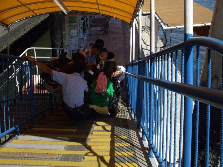 外出プロジェクトメンバー(車椅子ユーザー)桟橋までのスロープを後ろ向きに降りています(写真)