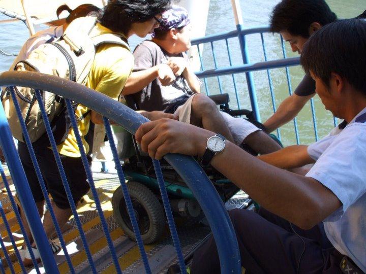 外出プロジェクトメンバー(車椅子ユーザー)が桟橋までのスロープを後ろ向きに降りています(写真)②