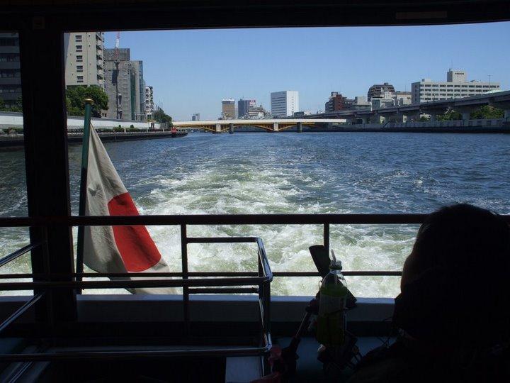 道灌号後部デッキから後ろ向きに隅田川を撮影した写真