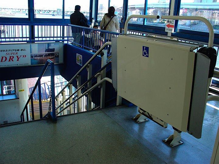 乗船場待合室~階段(昇降機(エスカル))の写真