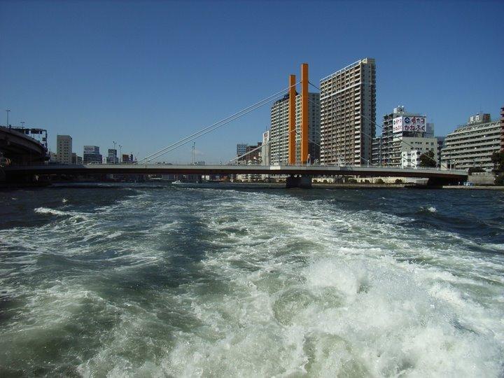 水上バスから吾妻橋をのぞむ写真