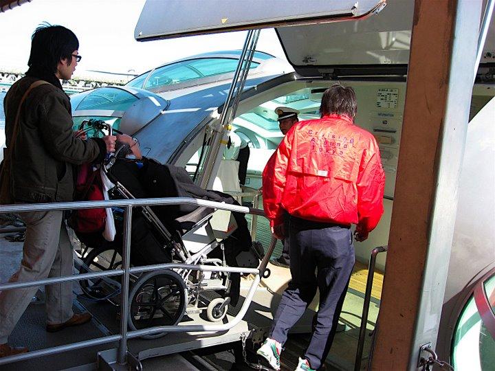 ヒミコへの乗船風景写真(スロープを利用)②