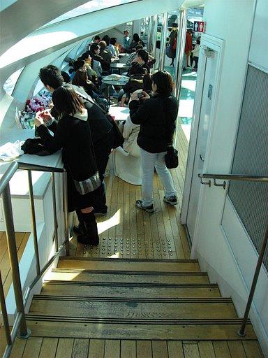 後部デッキから客室への階段(写真)