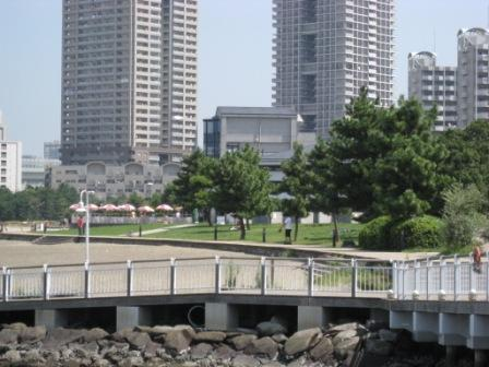海上バス乗り場から展望台を望む(写真)