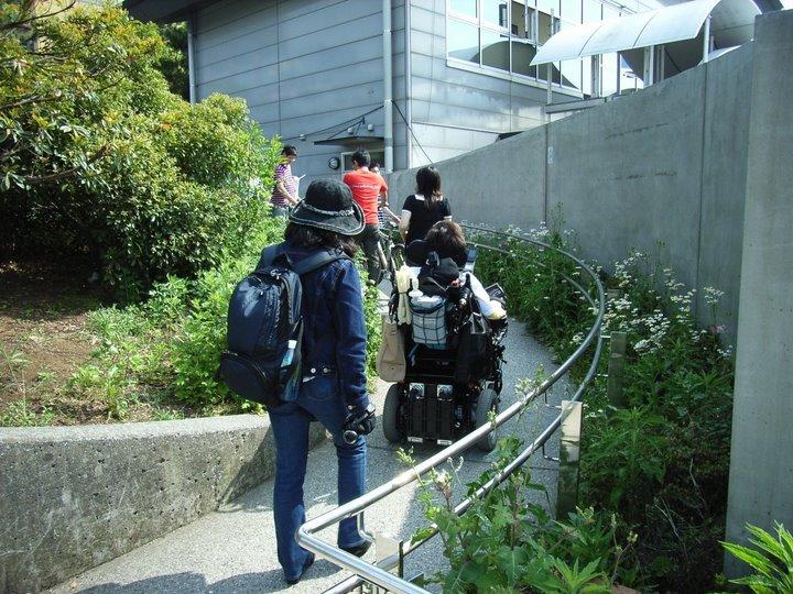 アクアシティへ向かうスロープ(写真)