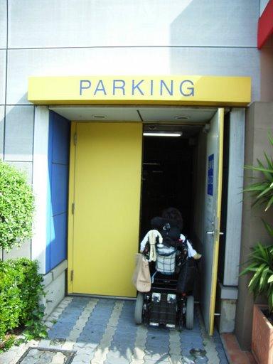 デックスの1F駐車場エレベーターへ(写真)