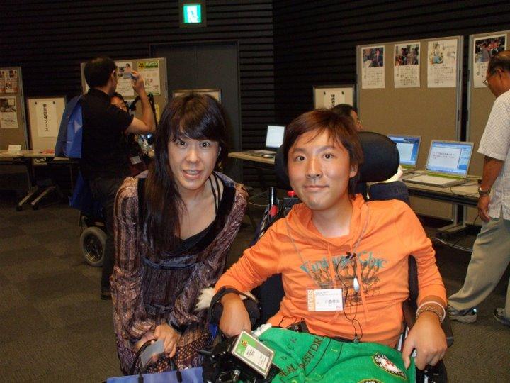 ALS患者の支援を行っているさくら会の川口氏と、こうたリーダーのツーショット