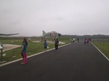 茨城空港・F4戦闘機&妻と子.jpg