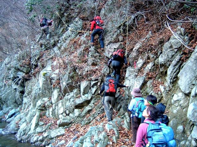 早戸大滝岩とロープ 015a.jpg